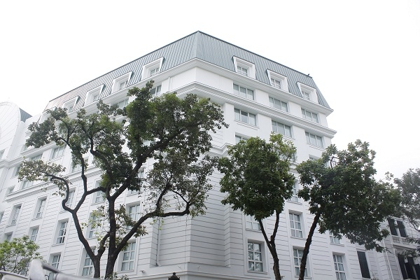 Theo số liệu của CafeF, khách sạn này có doanh thu hàng năm khoảng 800 tỷ đồng và lãi sau thuế 200 tỷ đồng.