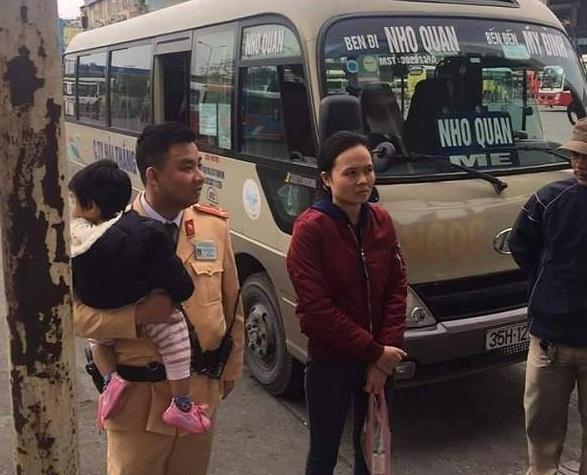 Chị Vũ Thị Ban cùng cháu Vũ Tuệ Linh đã bị mất hết đồ đạc đã được đội CSGT số 6 – PC67 Công an TP Hà Nội giúp đỡ về nhà.