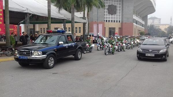 Tại sân vận động Quần Ngựa (Liễ Giai, Ba Đình) những chiếc xe đặc chủng của Bộ Công an chuẩn bị tiễn những thanh niên của Thủ đô lên đường nhập ngũ.