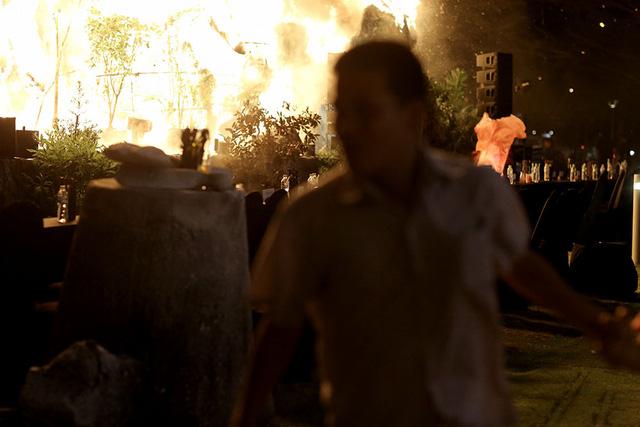Đám cháy bất ngờ khiến mọi người hoảng loạn.