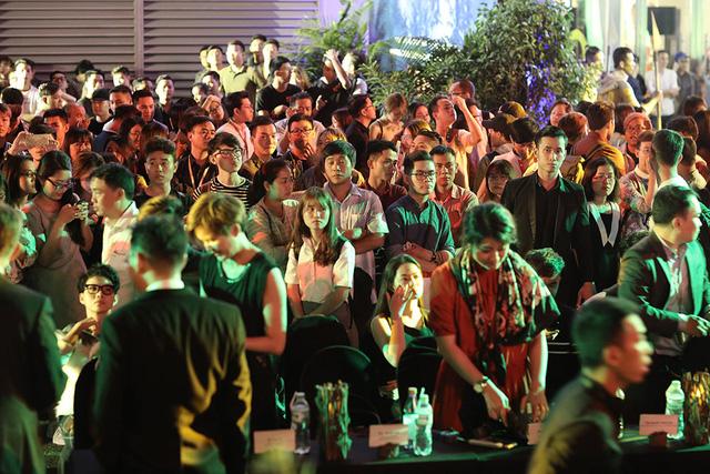 Dàn nghệ sĩ và người dân nhanh chóng tản ra khỏi hiện trường.