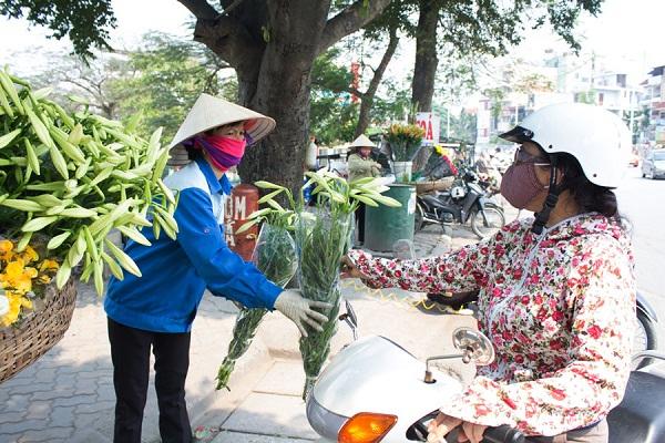 Đến vội rồi cũng vội đi, do chỉ nở duy nhất vào tháng 4 hàng năm nên mỗi độ đến mùa hoa, khắp các phố phường Hà Nội, gánh hàng hoa nào cũng có bán loại hoa này. Và người chơi hoa cũng vội vàng mua kẻo lỡ hết mùa hoa.