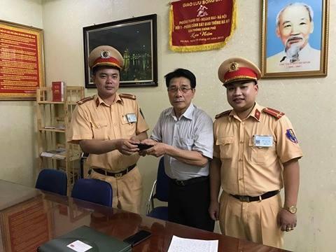 Trung uý Ngô Quốc Tuân và Luơng Văn Linh đã tiến hành trao trả tài sản cho bác Minh tại trụ sở đơn vị.