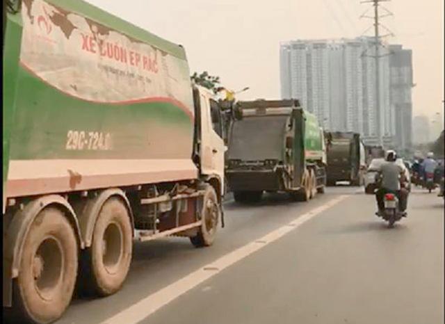 Những xe rác do những tài xế đi vào làn đường dành cho buýt nhanh BRT. Ảnh cắt từ clip.