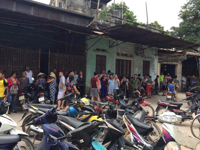 Người dân tụ tập nơi xảy ra vụ việc.