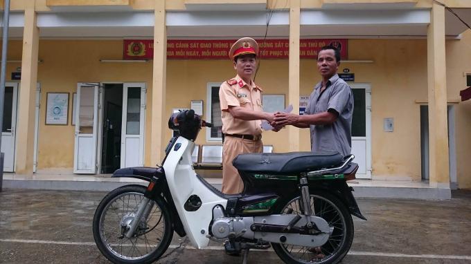 Đội CSGT số 5 - Công an TP Hà Nội trao trả lại chiếc xe máy cho người bị mất sau 10 năm.