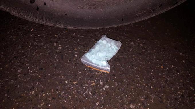 Gói nylon chứ nhiều viên ma túy do đối tượng ném xuống đường.