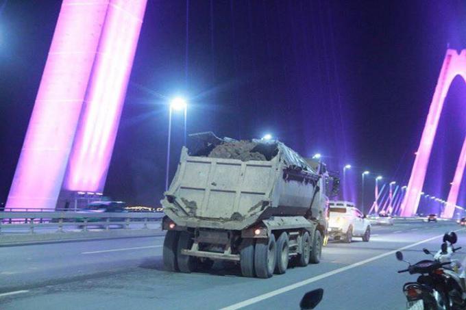 Một trong những chiếc xe trở bùn đất làm rơi vãi trên cầu Nhật Tân.