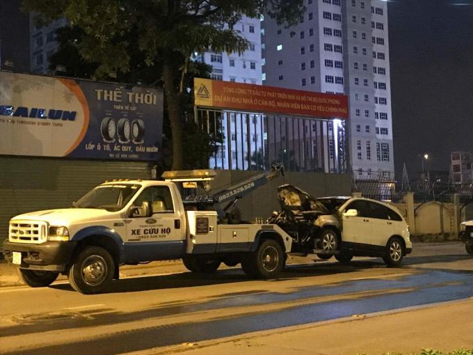 Lục lượng chức năng cẩu 2 chiếc xe về trụ sở để điều tra.