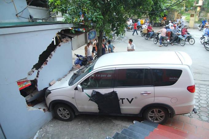 Chiếc xe ôtô húc đổ tường của kiôt bán sim-thẻ.