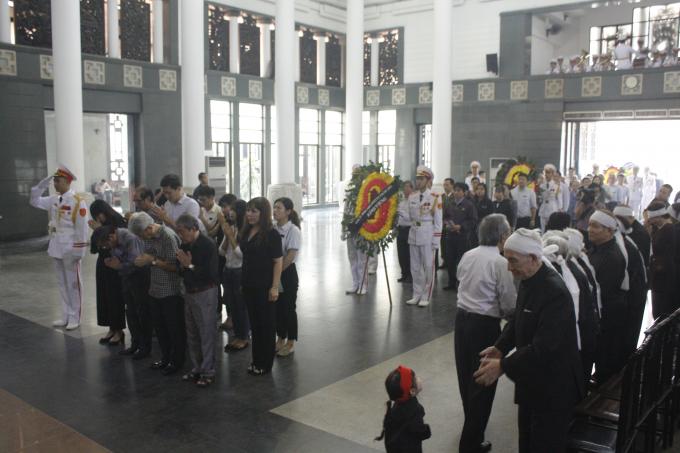 Đoàn người đến kính viếng mỗi lúc một đông thể hiện sự tiếc thương, mất mát lớn đối với gia đình cụ.