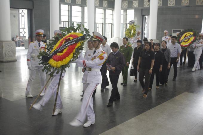 Hàng nghìn người dâng vòng hoa kính viếng cụ Hoàng Thị Minh Hồ.