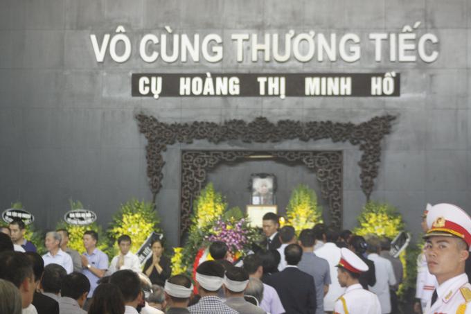 Xin tiễn biệt cụ Hoàng Thị Minh Hồ - người có tấm lòng nhân hậu, sẵn sàng hy sinh gia tài vì sự nghiệp nước nhà. Nơi xa mong cụ yên nghỉ.