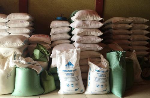 Bắt quả tang hiệu trưởng và phó hiệu trưởng bán 6 tấn gạo của học sinh. (Ảnh minh họa: Nguồn Dân trí)