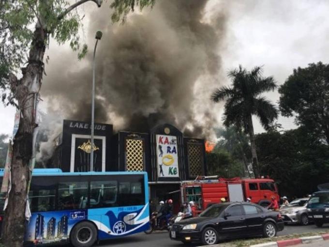 Vụ cháy xảy ra vào hơn 9h sáng ngày 23/11 tại quán karaoke trên đường Linh Đàm - Nguyễn Xiển (Hoàng Mai, Hà Nội).