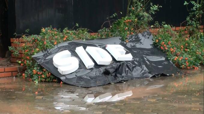 Một tấm biển hiệu rơi xuống đất.