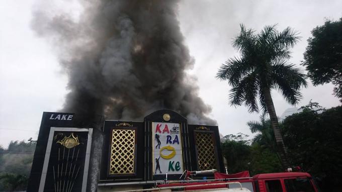 Quán karaoke trên đường Linh Đàm bị cháy lớn.