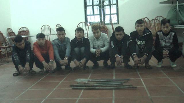Các đối tượng chặn xe, xin tiền trên cao tốc Hà Nội - Lào Cai bị bắt giữ tại cơ quan điều tra.