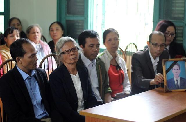 Sáng 24/10/2017, TAND tỉnh Điện Biên tổ chức buổi xin lỗi công khai 3 mẹ con bà Đặng Thị Nga - những người chịu oan sai trong vụ án giết chống, giết cha suốt 28 năm.Ảnh: Giang Long