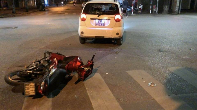 Đối tượng bỏ chạy và đâm vào chiếc xe taxi gây tai nạn.