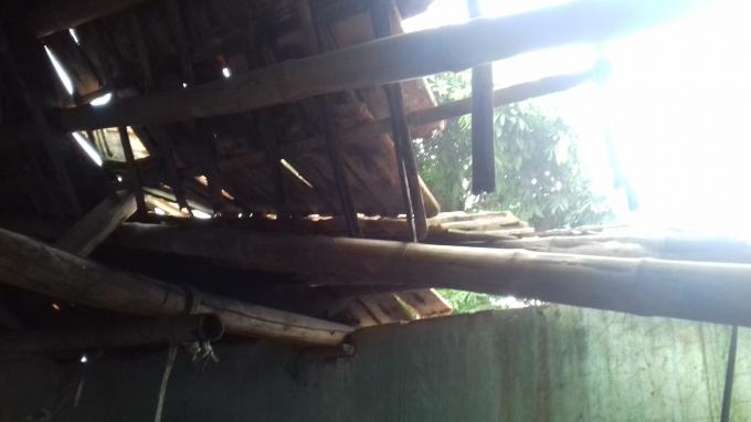 Do tác động của việc thực hiện dự án mái nhà của người dân bị sập.