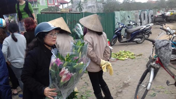 Cũng theo chủ vườn, bình thường hoa lý có giá từ 20.000 đến 30.000/1 cành. Nhưng nay rớt giá chỉ còn 5.000 đồng/1 cành.