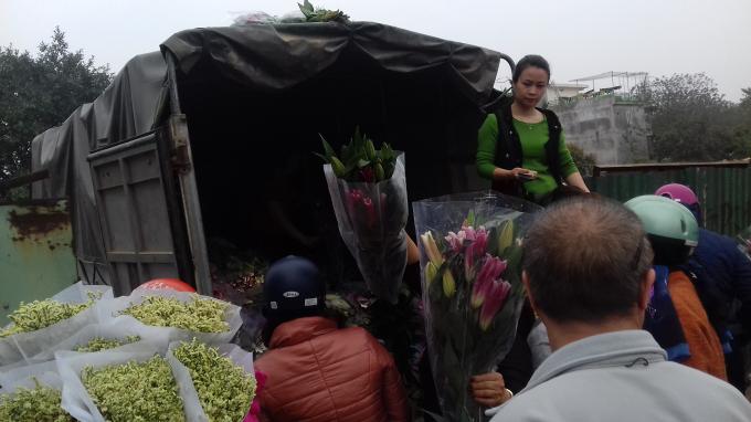 Với giá hoa ly rẻ, người dân đến mua rất đông.