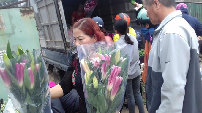 Bình quân mỗi bó hoa ly được bó sẵn giao động từ 7 - 10 bông/1 bó có giá niêm yết là 50.000 đồng.