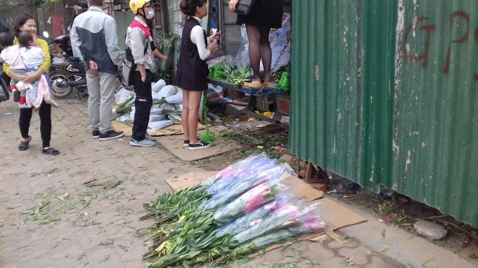 Những bó hoa ly vứt vạ dưới nền đất.