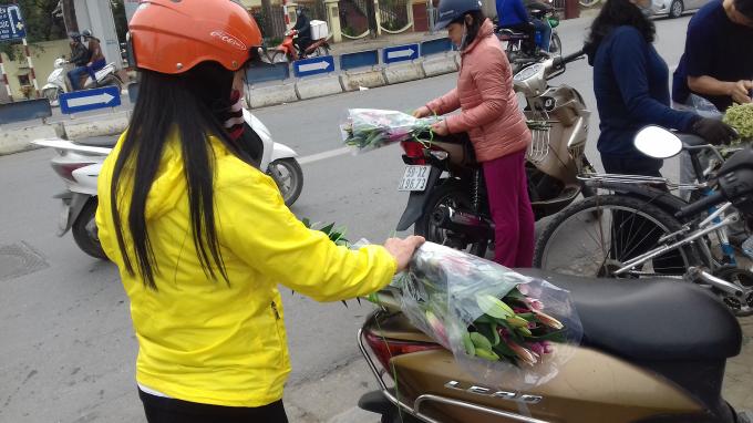 Một số khách hàng chi sẻ, chúng tôi thấy hoa rẻ, người trồng cây bán lỗ nên rủ nhau mua ủng hộ, giải cứu giúp bà con nông dân. Chúng tôi biết với hoa ly này ngày thường giá loại hoa này khá cao.