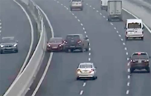 Chiếc xe ôtô màu đỏ đi ngược chiều trên cao tốc Hà Nội - hải Phòng. Ảnh camera giám sát trên cao tốc.
