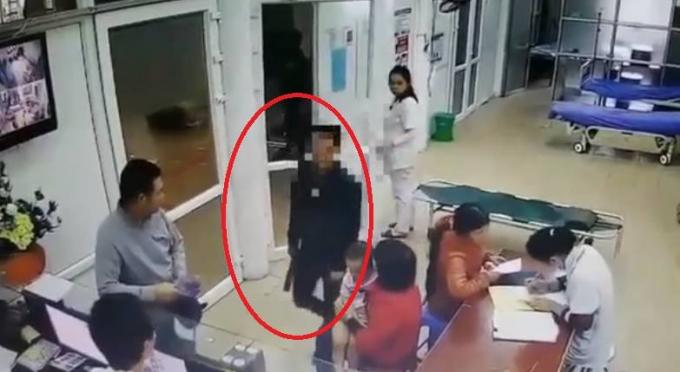 Đối tượng không bị bệnh (tron vòng tròn đỏ) nhưng vân vào trong bệnh viện yeey cầu bác sĩ tháo đốt tay. Ảnh cắt từ clip.