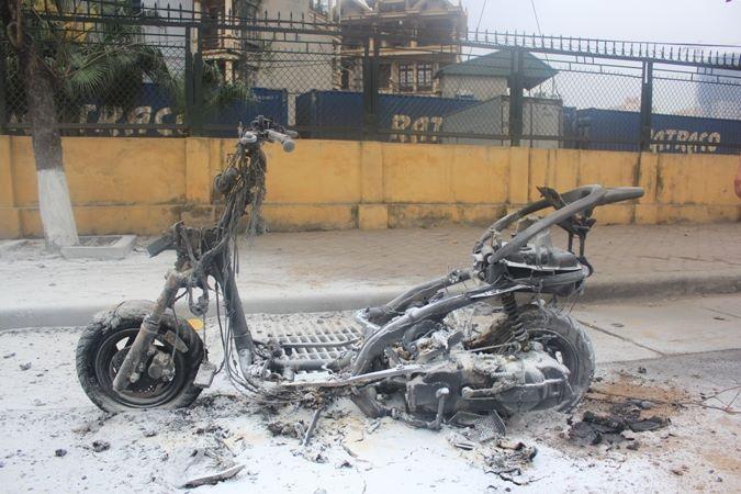 Chiếc xe bị cháy trơ khung trên đường Giải Phóng, Hà Nội.