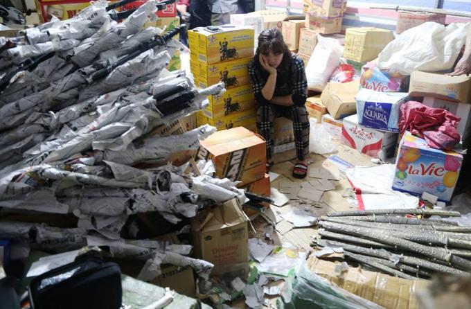 Số lượng lớn vũ khí thô sơ bị phát hiện và thu giữ.