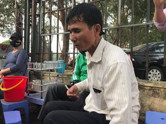 Người đàn ông lái xe ôm trực tiếp bắt con rắn chia sẻ với phóng viên.