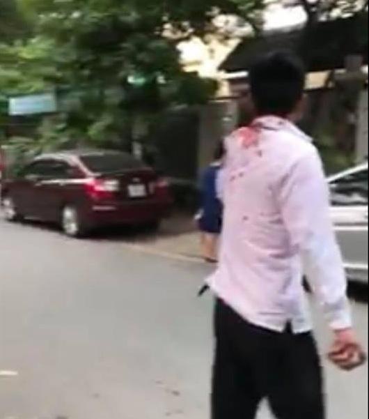 Tài xế lái xa Taxi bị đánh chảy máu đầu và phải nhập viện cấp cứu. Ảnh cắt từ clip.