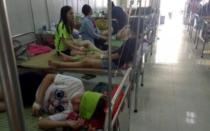 Các sinh viên phải nhập viện nghi do bị ngộ độc thức ăn tại một nhà hàng.