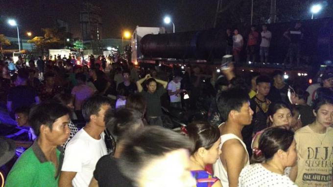 Người dân tụ tập rất đông làm cả đoạn đường tắc cứng.Ảnh: Quốc Anh Nguyễn.