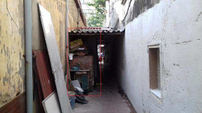 Mảnh đất 50m2 gia đình ông Lâm đã mưu sinh bằng việc xay bột thuê, bán hàng lặt vặt (đã trên 40 năm nay) và để lối đi chung cho 3 hộ gia đình bên trong đi lại. Nay các hộ gia đình bên trong đi kiện gia đình ông là lấn chiếm lối đi.