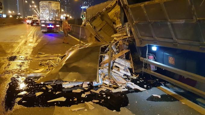 Cú tông mạnh làm gạch trên xe văng xuống đường, dầu nhớt chảy lênh láng.