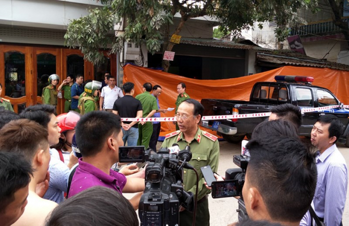 Lãnh đạo công an tỉnh Điện Biên trả lời Phóng viên ngay sau khi vụ án mạng xảy ra. (Ảnh Báo Điện Biên)