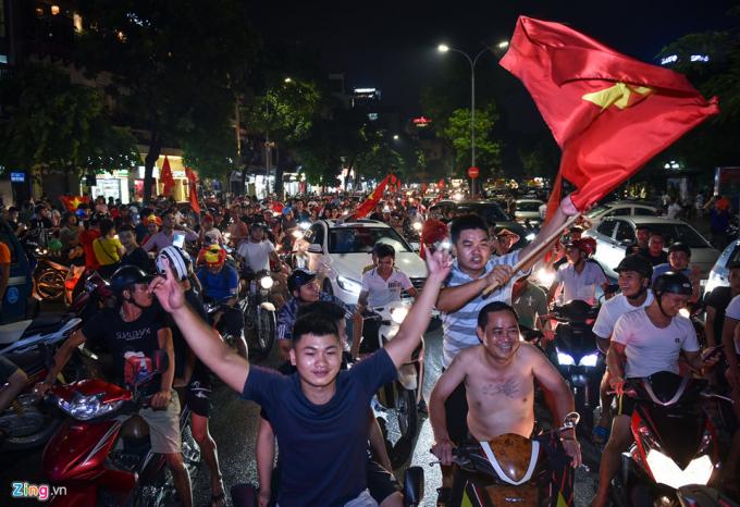 Cổ động viên ăn mừng đội tuyển Olympic Việt Nam sau trận thắng Olympic Bahrain. Ảnh Zing.vn