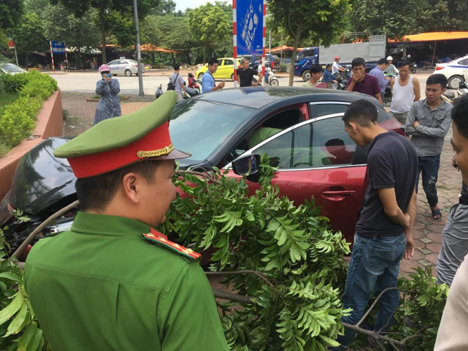 Xe ôtô Mazda 3 điên cuồng lạng lách đánh võng gây tai nạn.