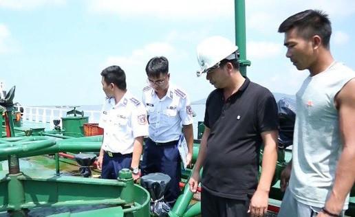 Lực lượng chức năng kiểm tra tàu Gladys Giory.