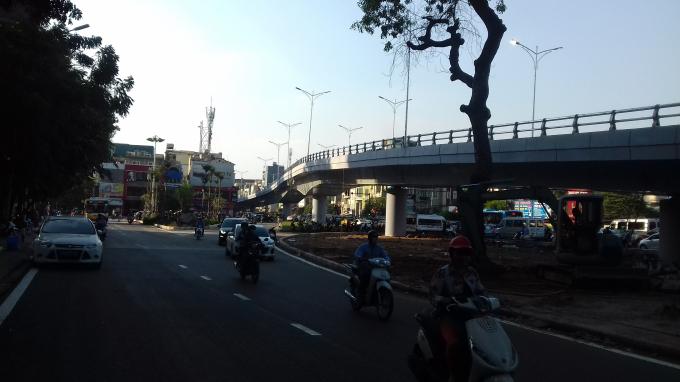 Cầu vượt nhìn từ đường Nghi Tàm.