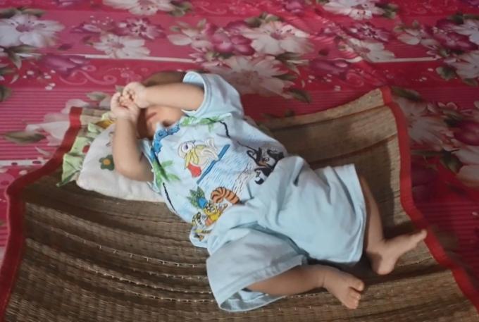 Bé trai bị bỏ rơi, còn nguyên dây rốn đang được chị Út chăm sóc trong tình trạng sức khỏe tốt.