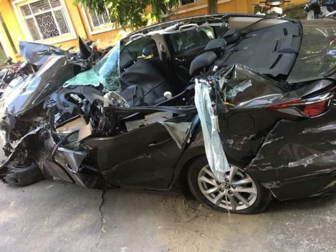Chiếc xe con bị nát bét sau vụ tai nạn.