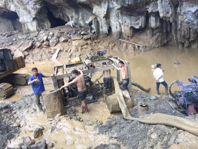 Lực lượng cứu hộ vẫn đang hút bùn, nước tìm kiếm người bị nạn