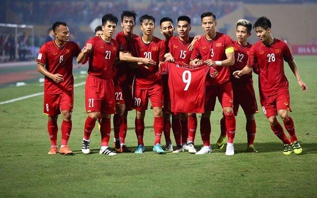 Đồng đội giơ chiếc áo số 9 của Văn Toàn như một lời động viên cho cầu thủ này trong trận đấu với Campuchia. Ảnh: Kinhtedothi
