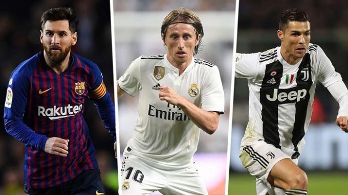 Luka Modric (giữa) vừa chấm dứt sự thống trị danh hiệu Quả bóng Vàng của Messi và Ronaldo trong suốt một thập kỷ qua.